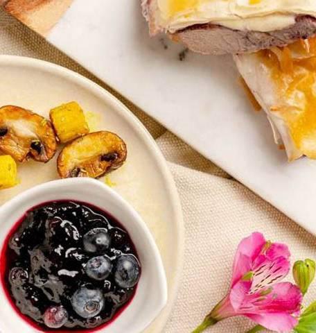 Телешки стек с моцарела и боровинки в точени кори