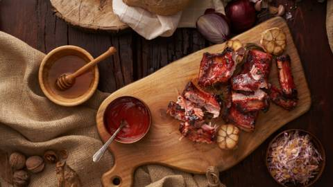 "Свински ребра Spare ribs с барбекю сос и салата ""Колсло"""