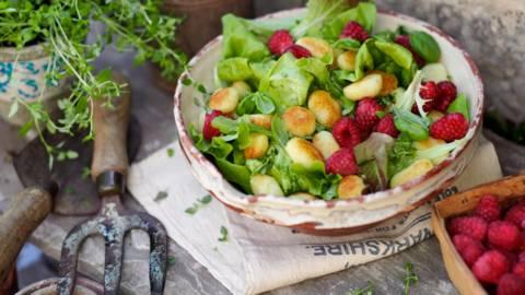 Мешана салата с малини, ньоки и лимонов винегрет