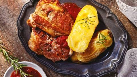 Грилован свински врат с кост с бърбън барбекю сос и запечени картофи