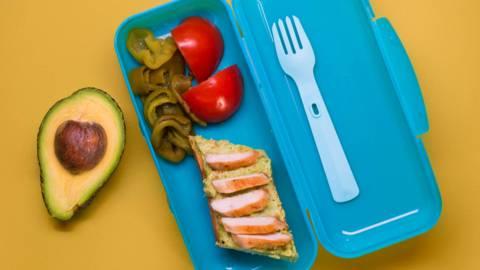 Брускети с авокадо и пилешко и салата със зелена чушка