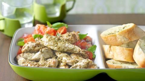 Печено пилешко филе с песто и доматена салата
