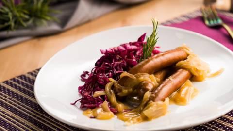 Немски наденички с червено зеле и лучен сос