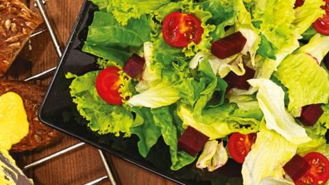 Свежа салата с винегрет и хумус с препечен хляб