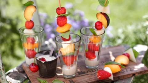 Плодови шишчета с дип от джинджифил и йогурт