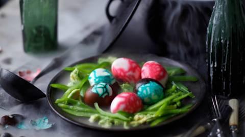 Драконови яйца в гнездо (яйца с дип от авокадо)