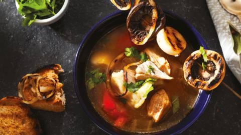 Бистра супа със свинско месо, гриловани гъби и лук