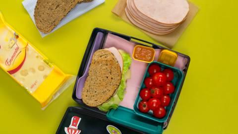 Сандвич с пуешко филе и свеж сос