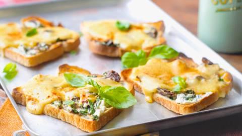 Тост с два вида сирене