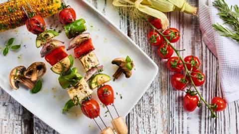 Грилована сладка царевица и зеленчукови шишчета