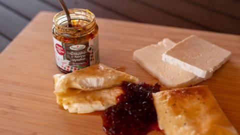 Запечено сирене със сладко с люти чушки