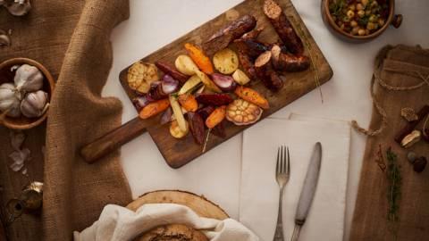 Ловджийски дивечов суджук с печени кореноплодни зеленчуци