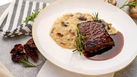 Топ сърлойн стек с гарнитура ризото и сос от вино с масло и розмарин