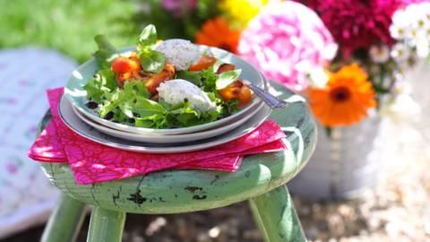 Босилекова салата с цедено кисело мляко и пържени кайсии