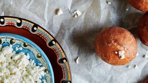 Царевични пърженки със сирене и шипков мармалад