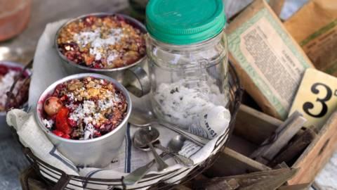 Крамбъл с градински плодове и захар с лимон и подправки