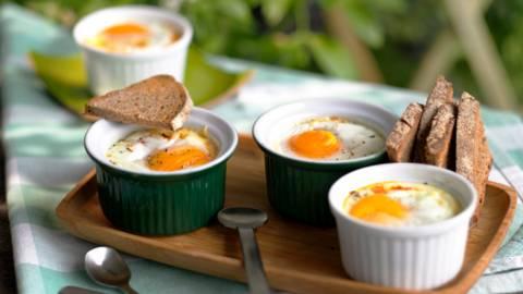 Яйца на фурна със салам и чушка