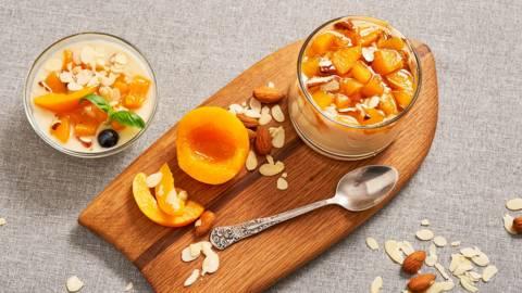 Панакота с кисело мляко и чътни от праскови и бадеми
