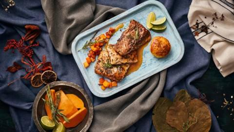 Филе от шаран с пресни билки, поднесено със суфле от тиква и сос от лайм