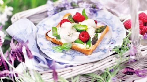 Тост с аспержи и малини