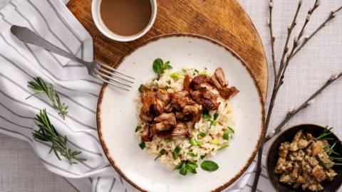 Бавно печен агнешки бут с гарнитура от ориз и салата от кълцан патладжан