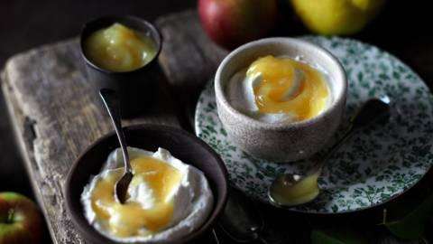 Мус от ябълки и дюли върху ванилова извара