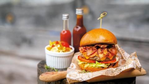 Говежди премиум бургер с халапеньо поднесен със салата Айсберг и карамелизиран лук