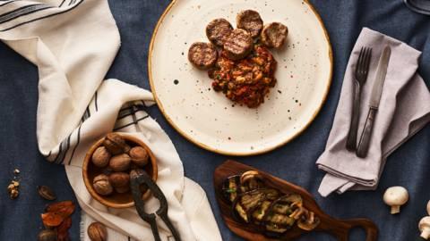 Дивечови кюфтета на скара с домашно топло кьопоолу с печени орехи