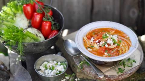 Супа от домати и резене с топинг от натрошено сирене Фета