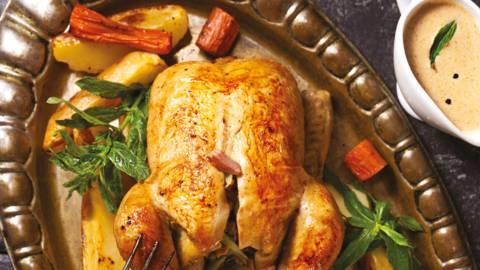 Пълнено пиле с наденички и праз