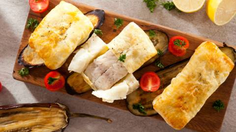 Шаран в многолистно тесто, поднесен върху печен патладжан