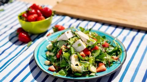 Микс зелени салати с ягоди и бри