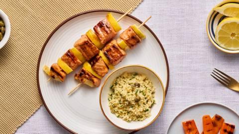 Шишчета от сьомга с гриловани моркови и кускус с билки