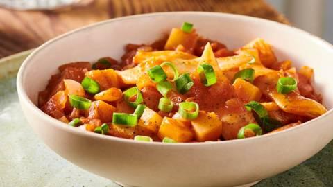Яхния от бакла с картофи и доматен сос