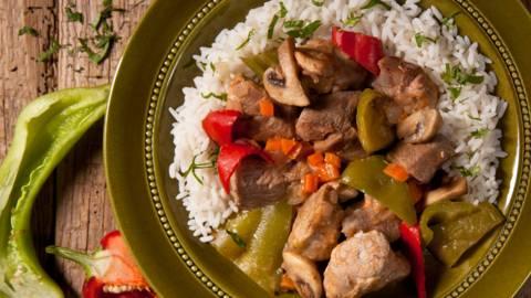 Свинско по ловджийски, поднесено с ориз
