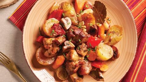 Бавно сготвен свински джолан със зеленчуци в гювеч