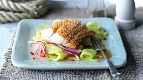 Пържена риба със сусамена коричка и азиатска салата от краставици