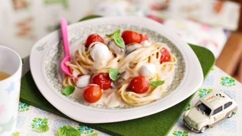 Спагети с моцарела и чери домати