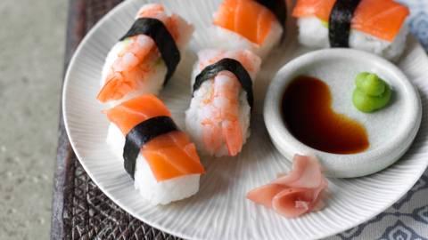 Нигири суши с пушена сьомга и скариди