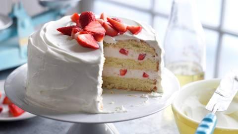 Торта с бъз и ягоди