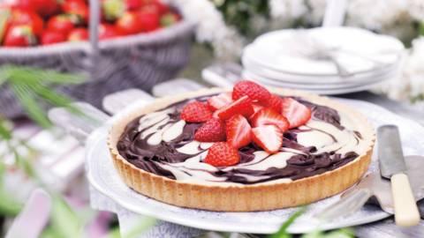 Ягодов тарт с бял и тъмен шоколадов крем