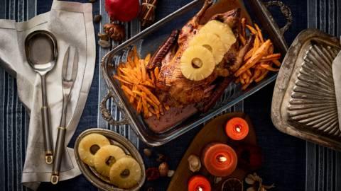 Цяла патица печена и глазирана със сироп от ананас и пържени сладки картофи