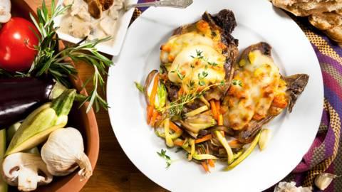 Запечен със скаморца свински врат със сотирани зеленчуци и гъбен сос