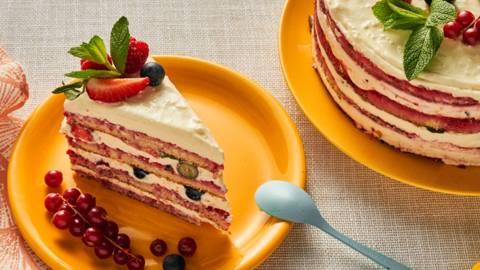 Торта с маскарпоне, малини и пресни ягоди и боровинки