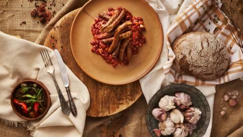 Пръчици от младо телешко на фурна с боб и домати