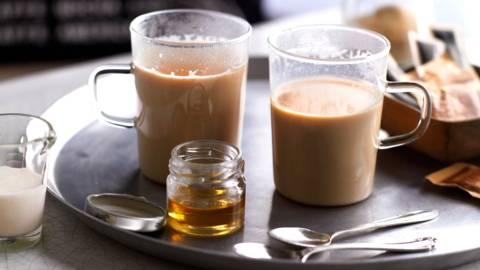 Домашен чай с мляко и подправки