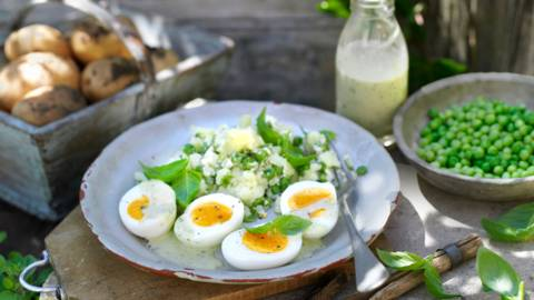 Яйца в сос с босилек и с пюре от картофи и грах