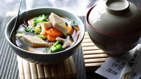 Супа мисо със зеленчуци и тофу