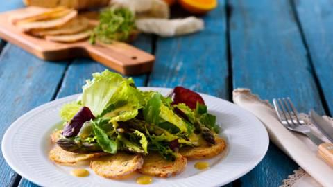 Карпачо от зеленчуков хляб с микс от салати и портокалов дресинг