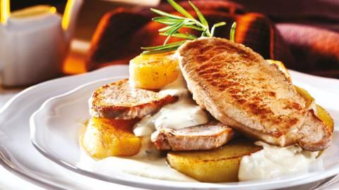 Свинско контрафиле със сос от френски сирена и маслени картофи